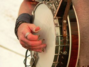 1280px-Don_Wayne_Reno_playing_the_banjo_with_fingerpicks